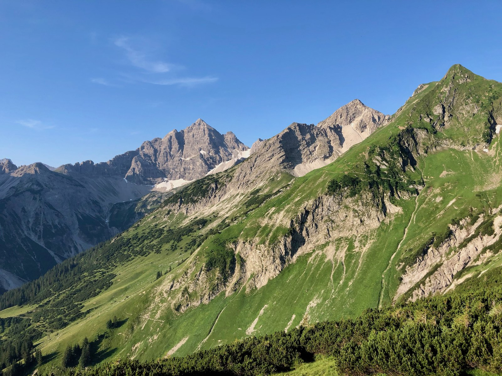 Panoramablick zum Hochvogel und dem weiteren Wegverlauf unter der Lärchenwand